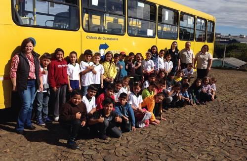 Estudantes recebem informações de cidadania na empresa Pérola do Oeste