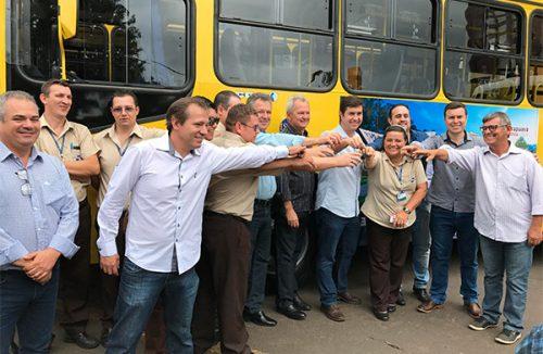 Pérola entrega novos ônibus para a população