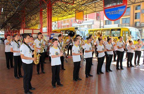 Banda Municipal se apresenta no Terminal da Fonte em comemoração ao dia dos pais